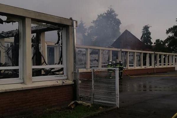 Le bâtiment des maternelles a été complètement détruit par les flammes.