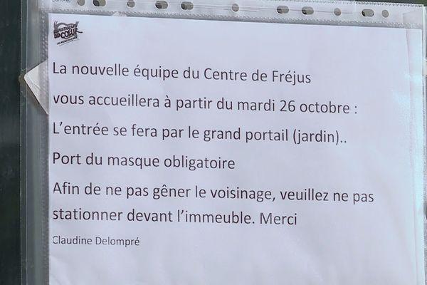 Affiché sur les locaux de l'antenne locale de Restos du Coeur de Fréjus, l'écriteau indique une reprise de l'accueil des 200 bénéficaires ce 26 octobre.