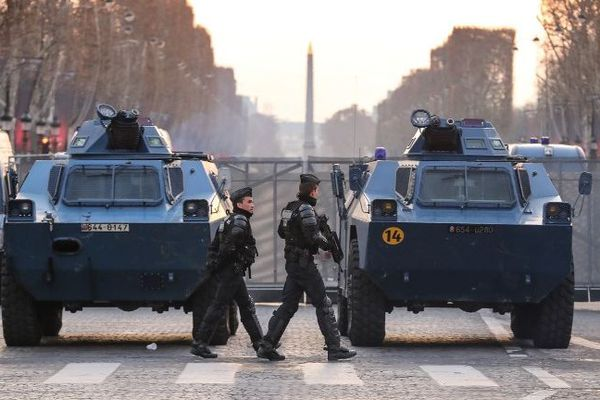 Des véhicules blindés à roues de la gendarmerie (VBRG) placés en bas des Champs-Elysées à Paris.