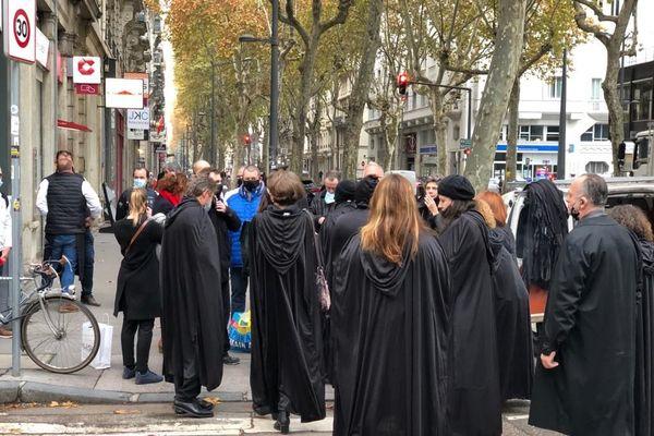 Les indépendants en deuil .... Une centaine de personnes se sont rassemblées devant la préfecture du Rhône à Lyon le 09 novembre 2020 pour demander à reprendre leurs activités professionnelles.