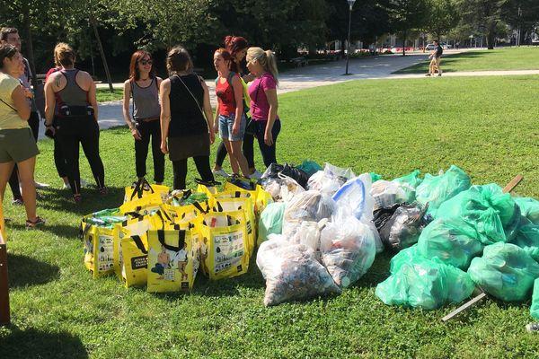 Une centaine de personnes ont ramassé des déchets bénévolement à Grenoble.