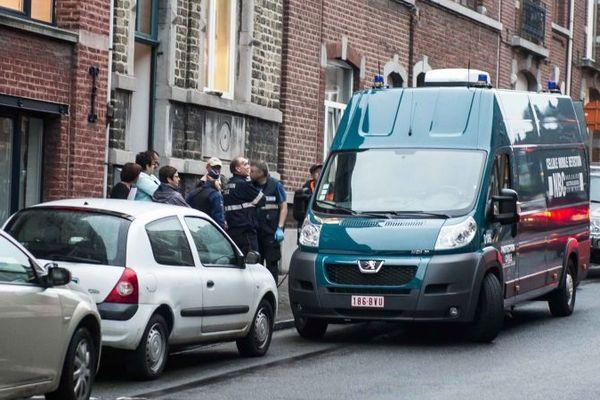Les enquêteurs devant l'immeuble de Liège où s'est produit l'accident le 7 mai 2013