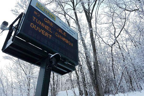 Le panneau du Conseil départemental indique que le tunnel est rouvert.