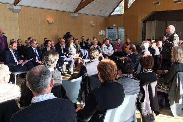 À Plomodiern dans le Finistère, le Premier ministre Edouard Philippe a participé à une réunion du Grand débat avec des élus et des acteurs économiques