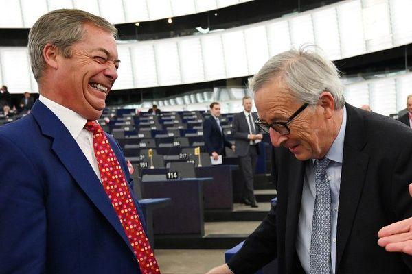 Nigel Farage, chef de file des eurodéputés britanniques pro-Brexit, et Jean-Claude Juncker, président de la Commission européenne, ce mercredi à Strasbourg.