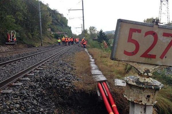 05/11/14 - Des travaux sonten cours au niveau de la commune de Châteauneuf pour permettre une reprise du trafic sur la ligne SNCF entre Lyon et Saint-Etienne.