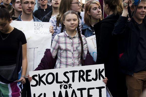 La jeune militante écologiste Greta Thunberg à Paris (au centre), le vendredi 22 février 2019.