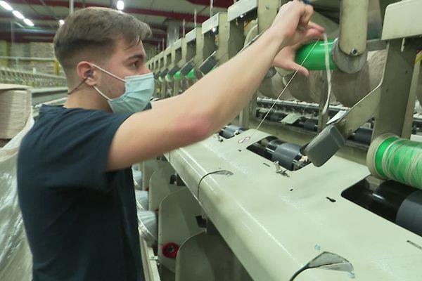 Adam Moreira s'occupe de la torsion du fil dans l'entreprise textile où il travaille depuis 6 ans