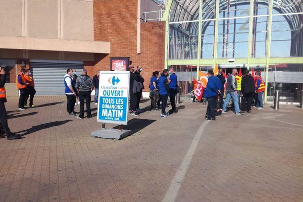 Les salariés grévistes réclament une augmentation des salaires et des embauches.