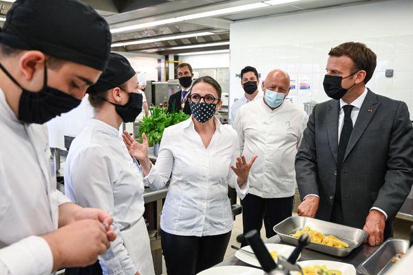 Emmanuel Macron aux côtés des chefs cuisiniers Anne-Sophie Pic et Thierry Marx dans la cuisine du lycée hôtelier de Tain l'Hermitage (Drôme).