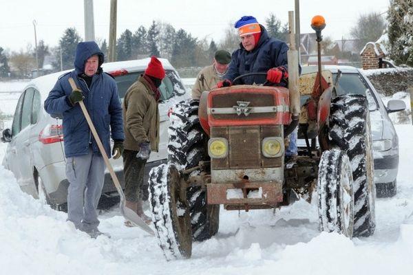 Un tracteur aide un automobiliste en difficulté à Locon.