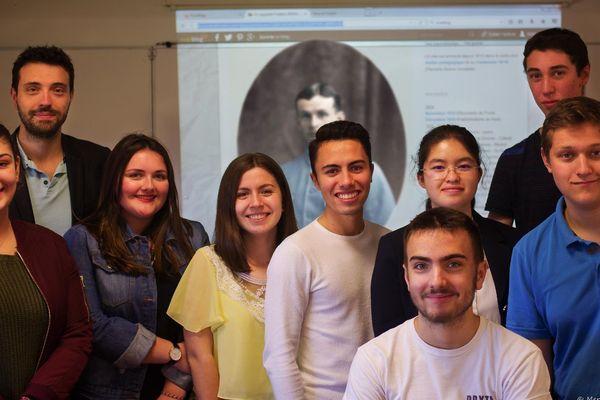 Quelques uns de la vingtaine d'élèves volontaires ayant porté la mémoire de Frédéric B., de 2014 à 2018, et l'enseignant responsable Yann Bouvier