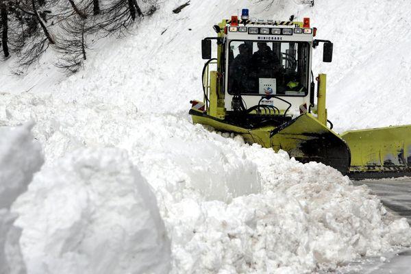 Un chasse-neige sur la route d'accès à la station Isola 2000.