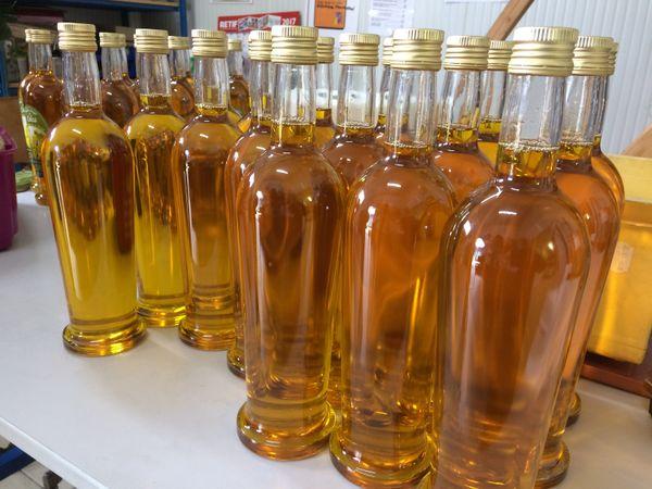 Des bouteilles d'huile de colza.