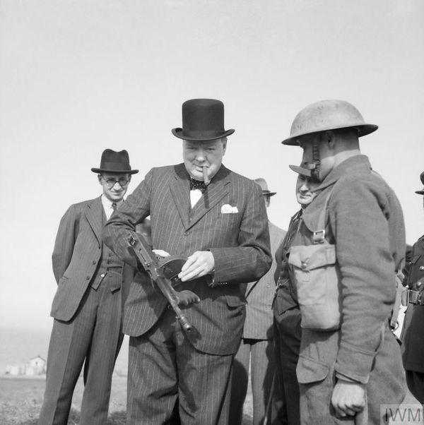 Winston Churchill posant avec une mitraillette lors d'une inspection des défenses côtières à Hartlepool, dans l'est de l'Angleterre, le 31 juillet 1940.
