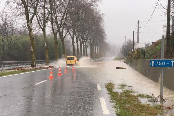 Sur la D118 entre Couiza et Alet-les-Bains, les voies commencent à être inondées, ce mercredi 22 janvier à la mi-journée.