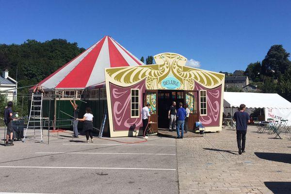"""L'installation du chapiteau """"Magic Mirrors"""" sur la place principale d'Eymoutiers pour le festival."""