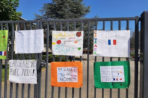 Des pancartes au collège Le Lac à Sedan, le 11 juin 2021.