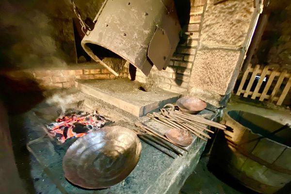 Le foyer du martinet dans lequel les pastelles de cuivre sont chauffée couleur cerise avant d'être frappées