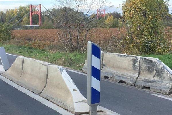 Canet (Hérault) - des blocs de béton pour limiter l'accès au pont suspendu des véhicules et engins larges - 2019.