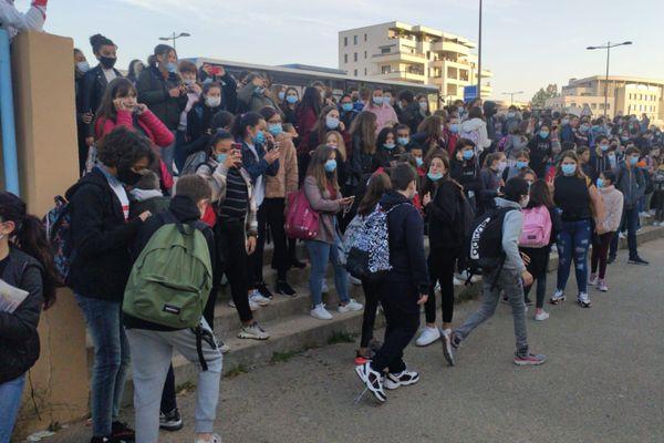 Élèves du collège Arthur Giovoni à Ajaccio, bloqués à l'entrée de l'établissement.