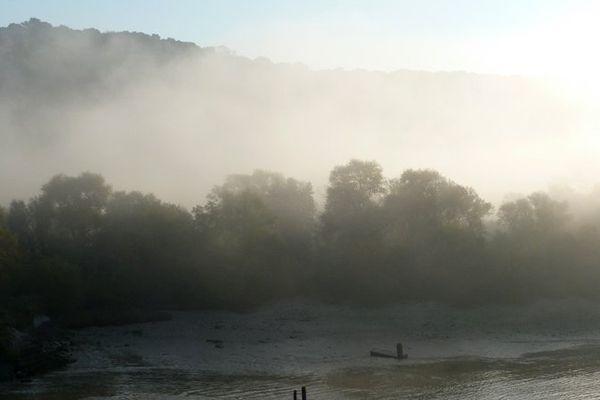 La Seine plongée dans le brouillard.