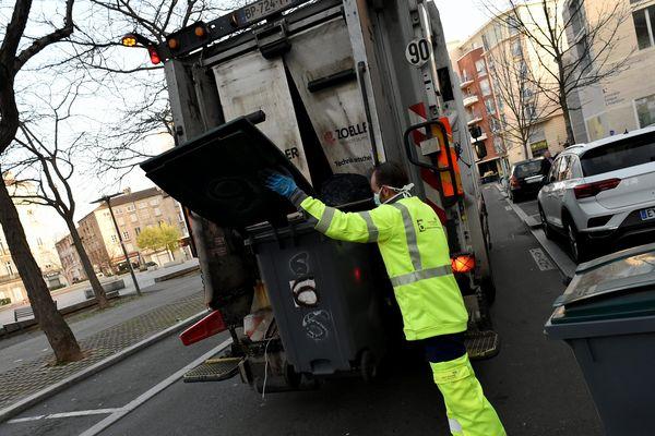 """""""Merci aux éboueurs, aux femmes de ménage, aux caissiers, aux routiers."""" (A, qui travaille au traitement des déchets)"""