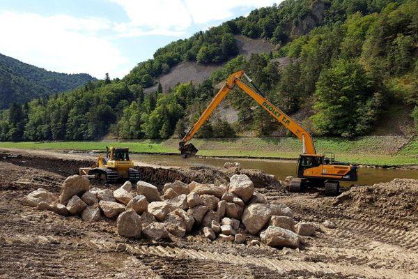 Les pelleteuses ont commencé à creuser dans le lit de l'Allier.