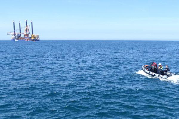 L'Aeolus, navire en charge des travaux préparatoires avait rejeté de l'huile en mer, en baie de Saint-Brieuc