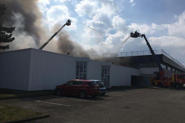 Une soixantaine de pompiers mobilisés pour circonscrire l'incendie.