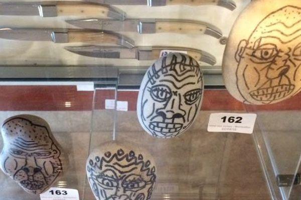 Les galets peints par Robert Combas, vendus 800 euros.