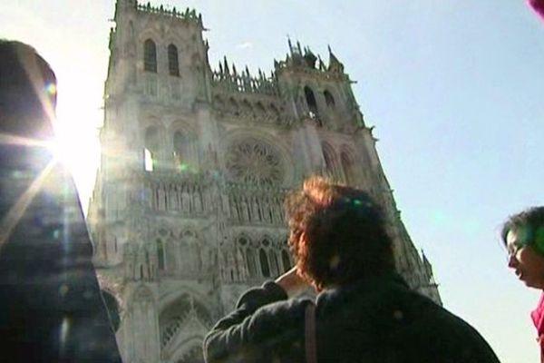 Devant l'immense cathédrale d'Amiens, une famille indienne et son guide.