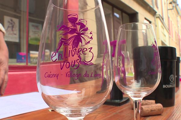 """Associer les vins du terroir avec les bouquinistes de Cuisery : c'est la recette retenue pour cette première édition de """"Enlivrez-vous"""""""