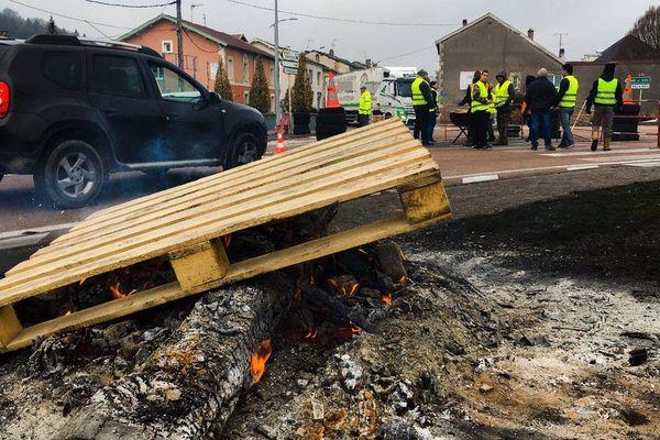 Barrage filtrant par une trentaine de Gilets Jaunes à Ligny-en-Barrois (Meuse), jeudi 22 novembre 2018