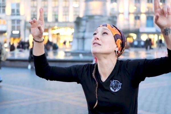Laëty chansigne, c'est-à-dire qu'elle interprète des chansons en langue des signes.