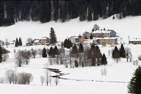 Bois d'Amont village tout en longueur s'étire des deux côtés de la rivière l'Orbe jusqu'à la frontière suisse
