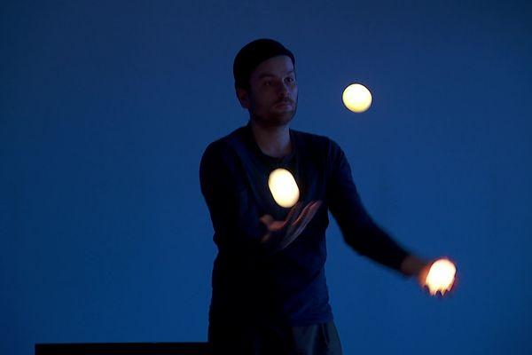Thibaut Mathieu, jongleur autodidacte annécien, donne vie aux objets en les illuminant