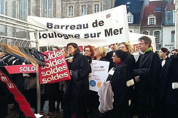 """Des robes d'avocat """"soldées"""" pour protester contre la réforme des retraites"""