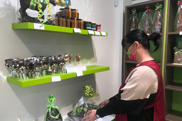 Christelle la vendeuse de la boutique Chocolat LADE en Centre-Ville d'Orleans