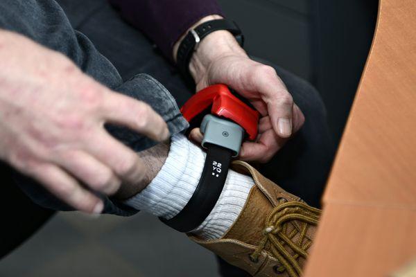Dans le Loiret, un homme se voit poser un bracelet anti-rapprochement.