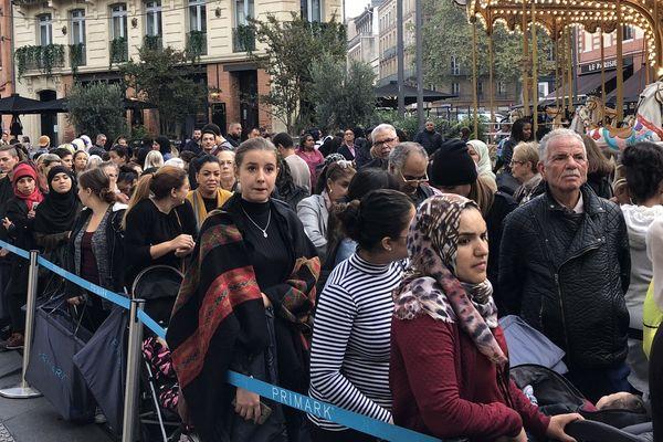 La foule attendant l'ouverture du magasin.