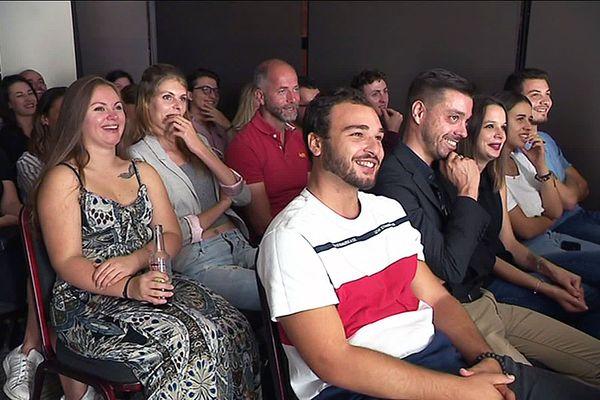 Le public sourires aux lèvres, devant les humoristes amateurs du Comedy Club qui se produisent tous les vendredis soir dans le bar d'un hôtel toulousain.