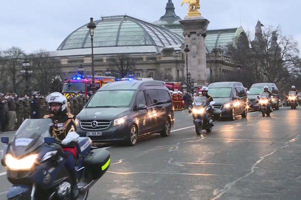Le cortège funèbre est passé vers 16h30 sur le pont Alexandre III, lundi 04 janvier 2021, devant de nombreux parisiens, militaires ainsi qu'un détachement de la brigade des sapeurs-popiers de Paris, venus rendre hommage aux 3 soldats du 1er régiment de Chasseurs de Thierville-sur-Meuse, Morts pour la France au Mali.