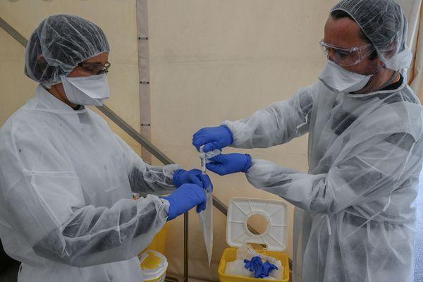 Prélèvement d'échantillons pour analyse, à Montpellier le 27 mars.