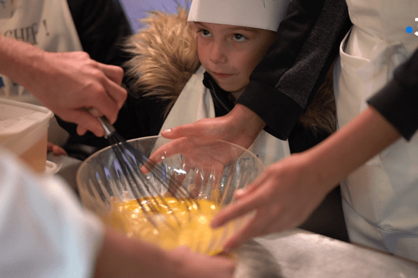 CHICHE CHEF : Pour apprendre à cuisiner, il faut mettre la main à la pâte...