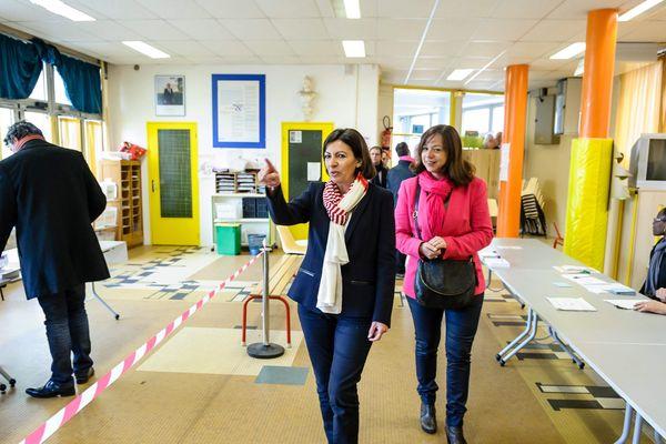 Anne Hidalgo visite les bureaux de vote lors du 2 eme tour des election avec Catherine Baratti Elbaz dans le 12 eme arrondissement.
