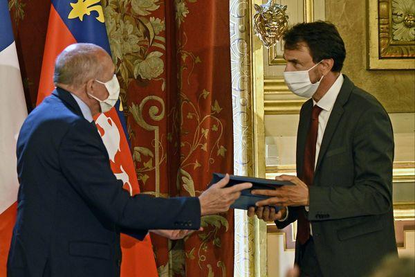 Gérard Collomb remet l'écharpe de maire à Grégory Doucet.