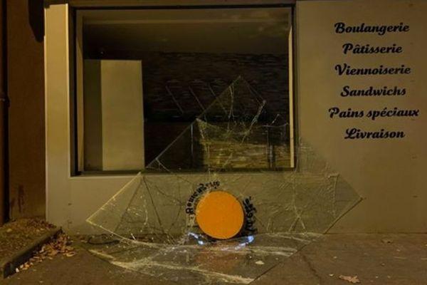Cette boulangerie et plusieurs véhicules ont été pillées et endommagées à Saint-Priest, dans la nuit du dimanche 22 septembre.