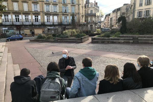 Sylvain Rouilhac, de l'association Entr'AIDSida Limousin, interroge les adolescents à travers de petits jeux pour mieux les informer et les sensibiliser.
