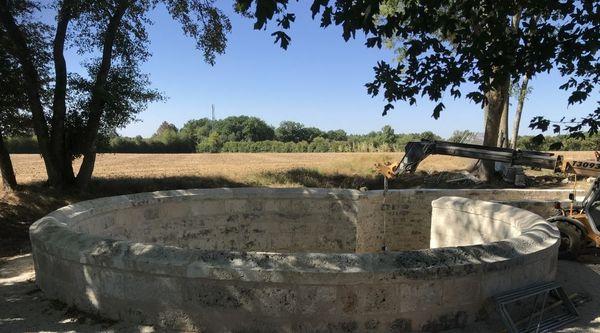 Au 18e siècle, le village de Coulmier-le-Sec, en Côte-d'Or, a fait construire un bassin monumental et unique en France pour récupérer les eaux de pluie.